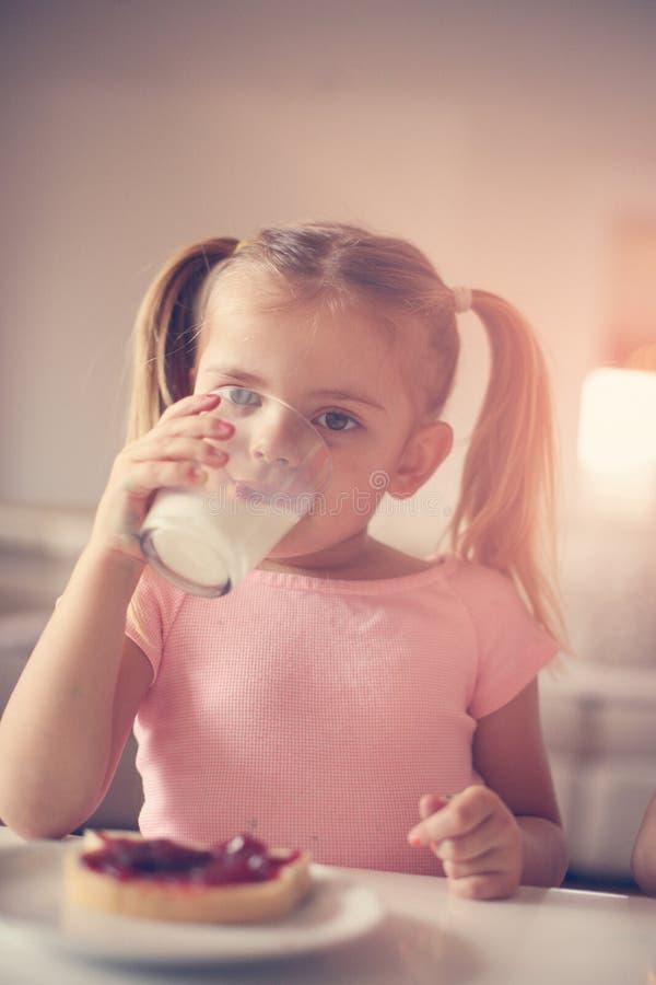 Fille ayant la routine de matin de petit déjeuner photos libres de droits