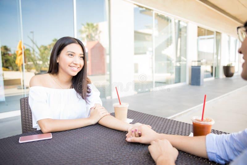 Fille ayant le bon temps avec l'ami dans le centre commercial photo libre de droits