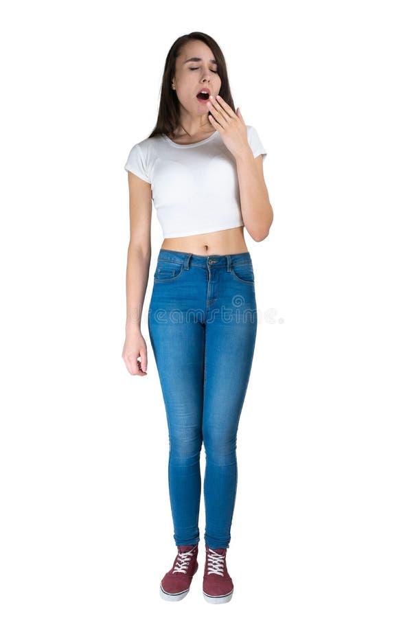 Fille baîllant D'isolement sur blanc une jeune femme se tient avec intégral L'image des émotions photos stock