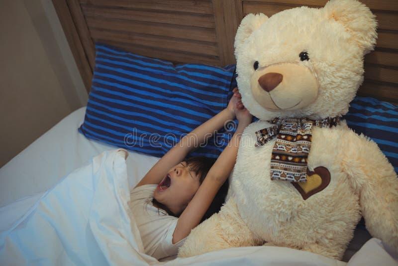 Fille baîllant tout en dormant dans la chambre à coucher image stock