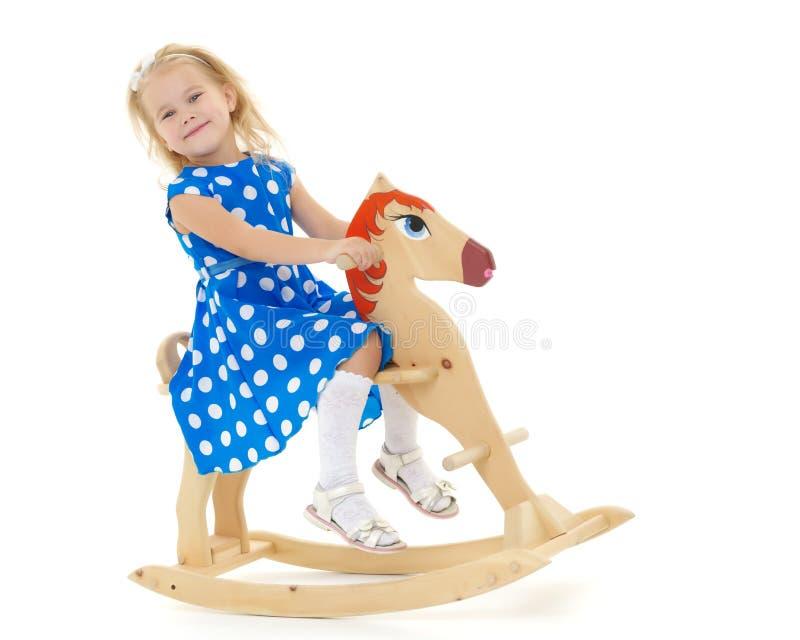 Fille balan?ant sur un cheval en bois photos libres de droits