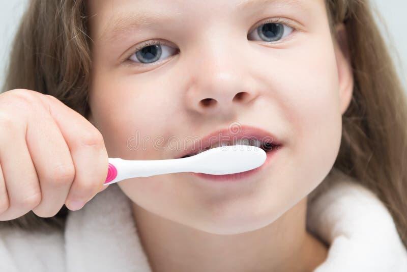 Fille balayant son temps de dents de la toilette de matin, plan rapproché image stock