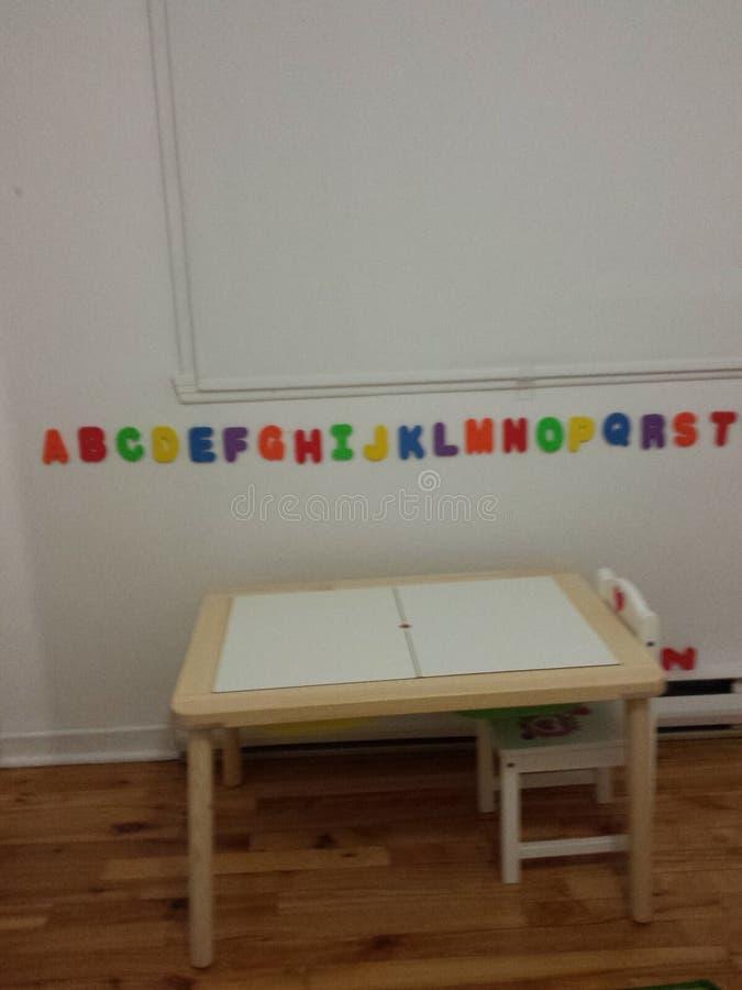Fille blanche de bureau de pièce d'enfant photo libre de droits