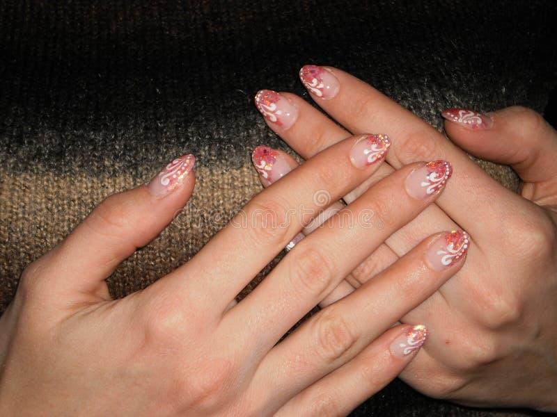 Fille blanche de paume, manucure sur les ongles, belles mains femelles photos libres de droits