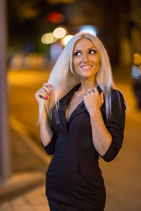 Fille blonde à la ville de nuit images libres de droits