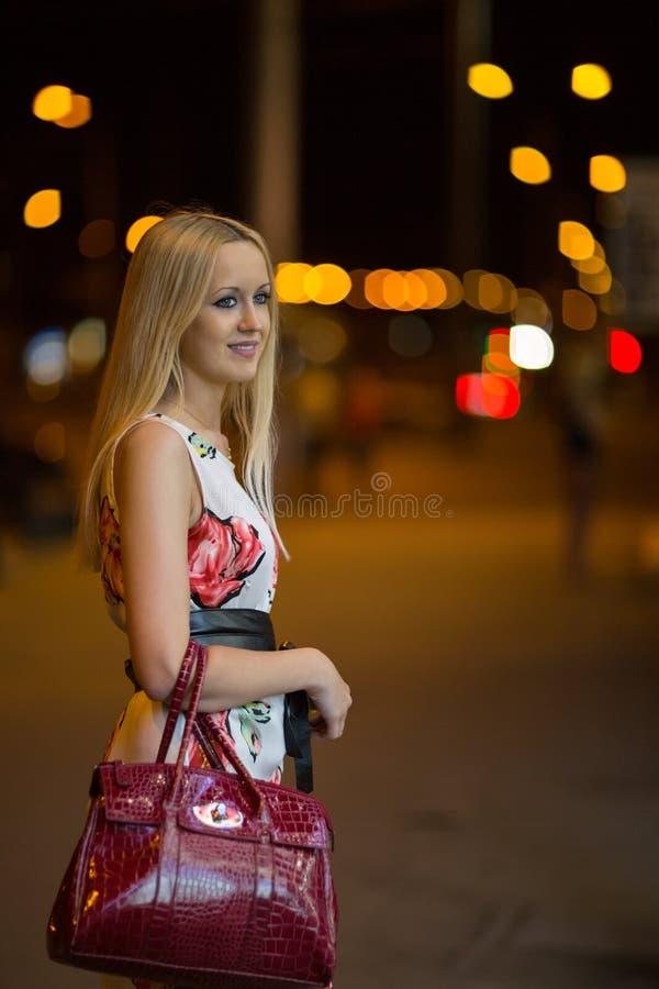 Fille blonde à la ville de nuit image libre de droits