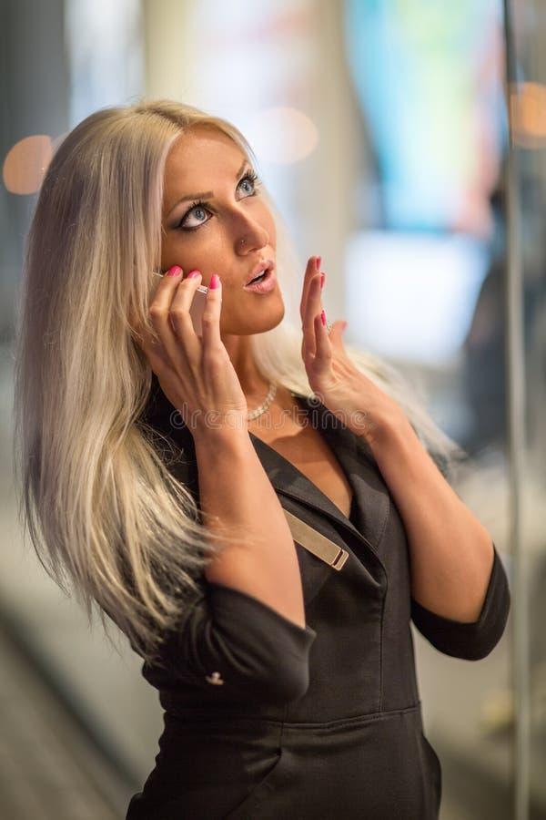 Fille blonde à la ville de nuit image stock