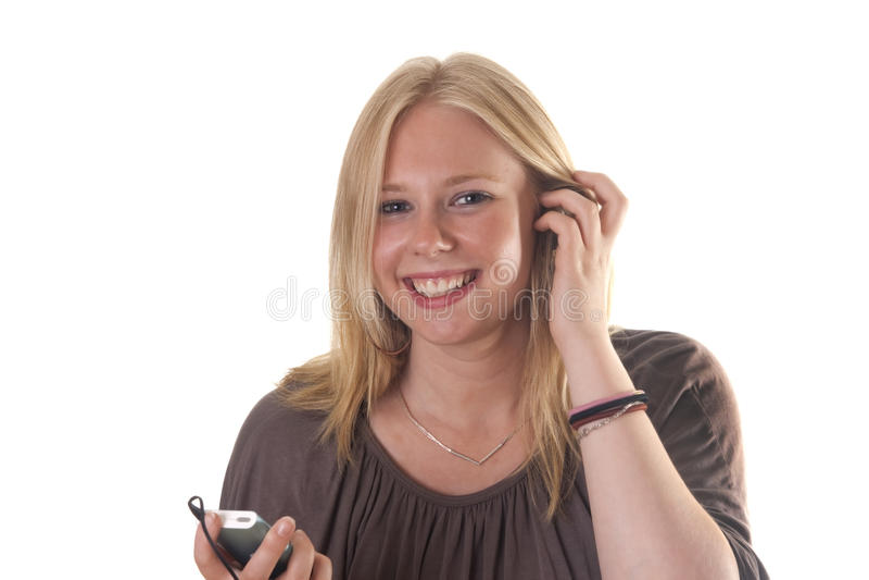 Fille blonde écoutant le joueur mp3 photographie stock