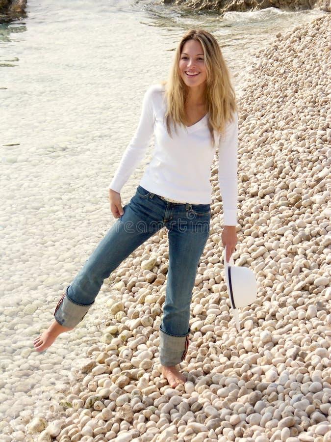 Fille blonde étonnée par la mer froide image stock