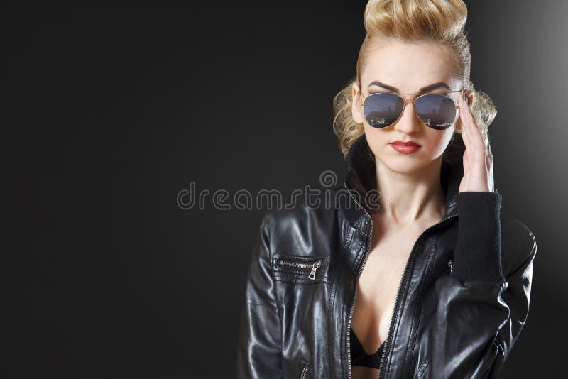 Fille blonde attirante utilisant la veste en cuir ouverte photographie stock libre de droits