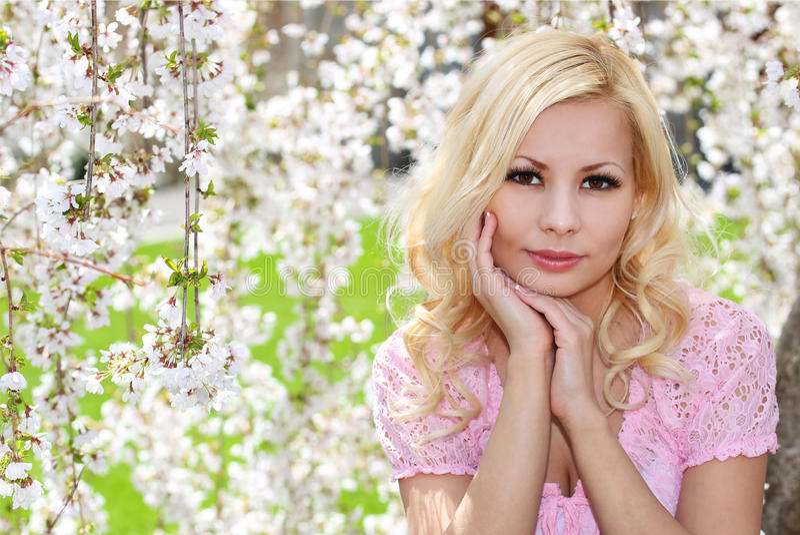 Fille blonde avec Cherry Blossom. Portrait de ressort. image libre de droits