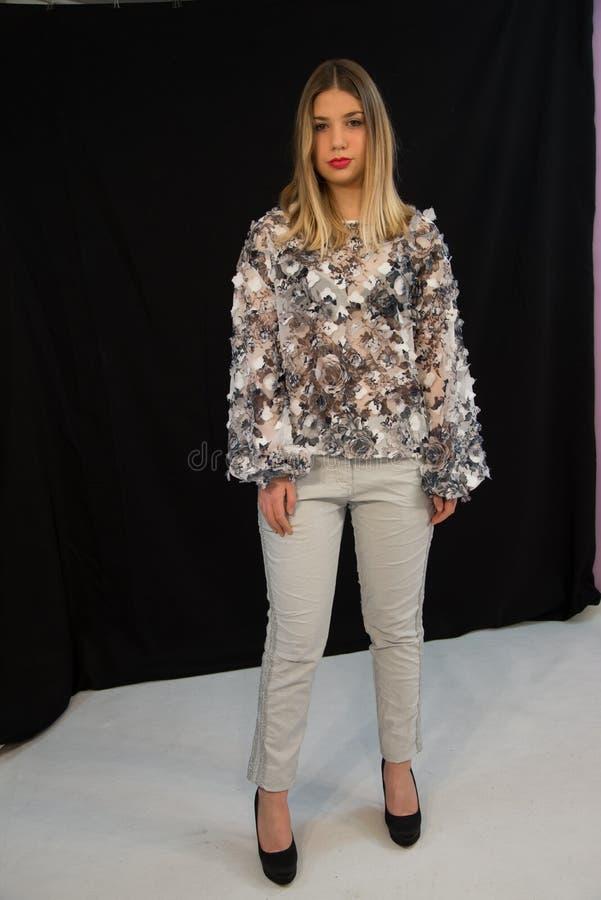 Fille blonde avec de longs cheveux droits, chemise d'organdi photo libre de droits