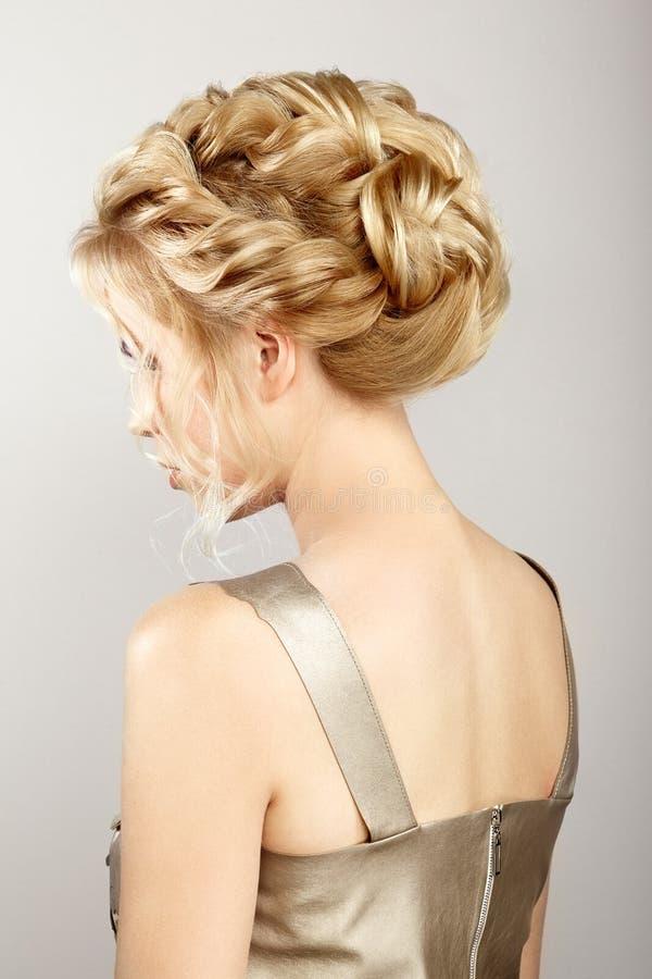 Fille blonde avec de longs et brillants cheveux bouclés photos libres de droits