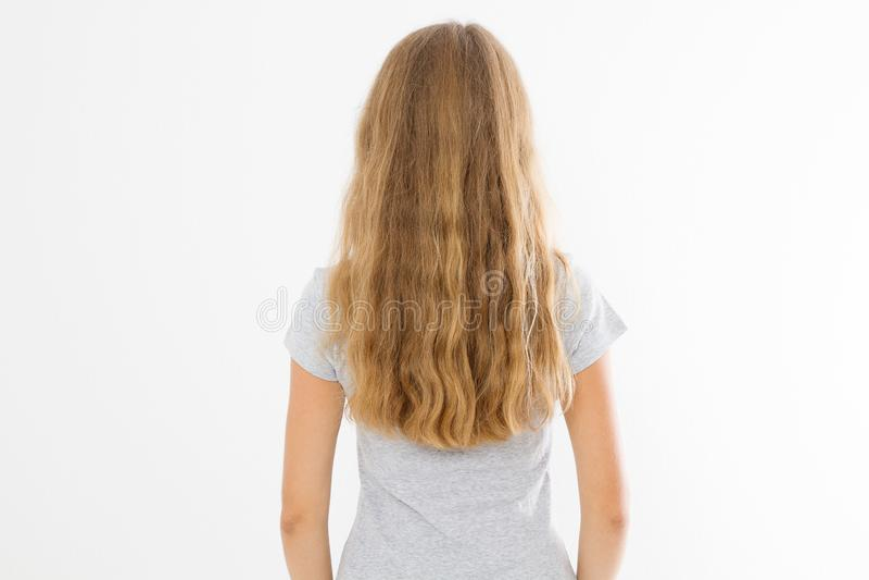 Fille blonde avec de longs et onduleux cheveux sains d'isolement sur le fond blanc Vue de dos de coiffure de mode de jeune femme  images libres de droits