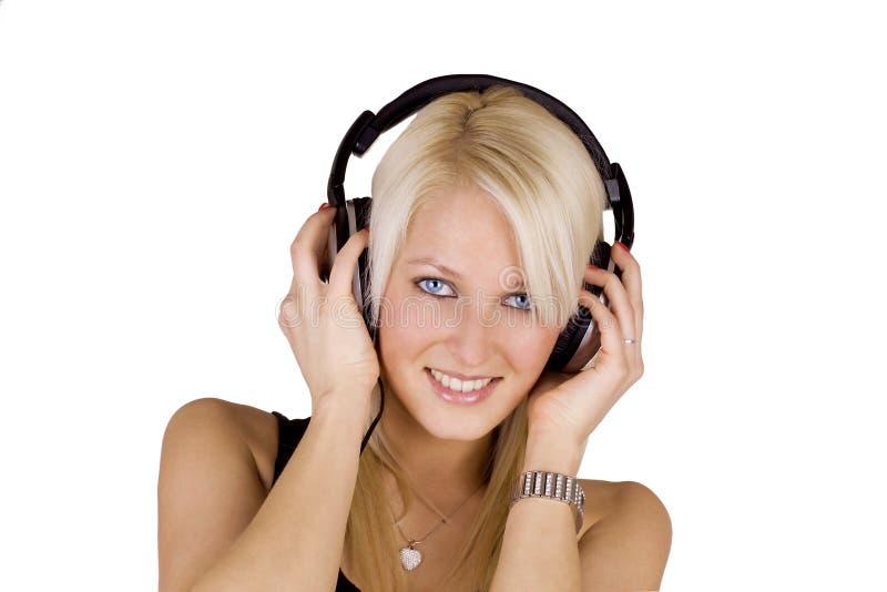 Fille blonde avec des écouteurs photographie stock libre de droits