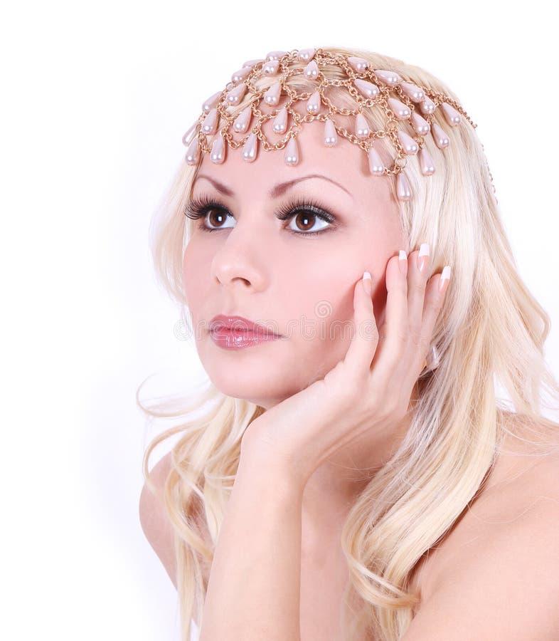 Fille blonde avec des accessoires de perle photographie stock