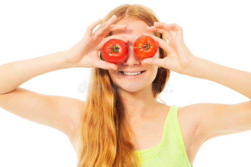 Fille blonde avec des tomates photo stock