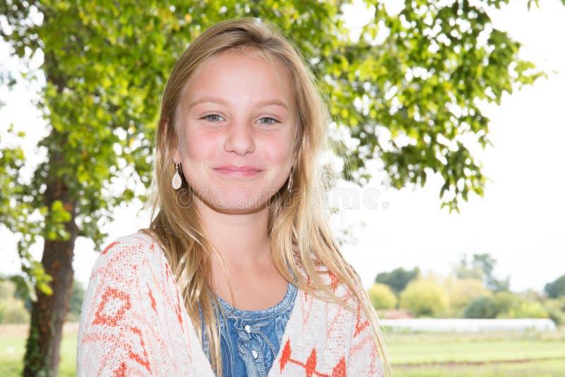 fille blonde avec l'adolescent de beauté de bonheur de yeux verts photos stock
