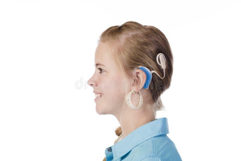 Fille blonde avec l'implant cochléaire image libre de droits