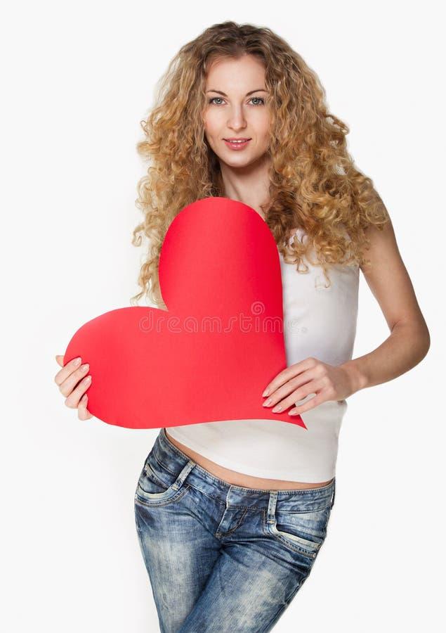 Fille blonde avec la carte rouge de valentine images stock