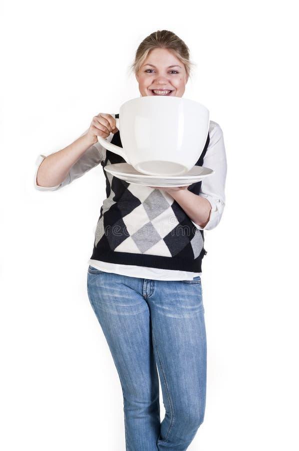 Fille blonde avec la grande cuvette de cofee image libre de droits