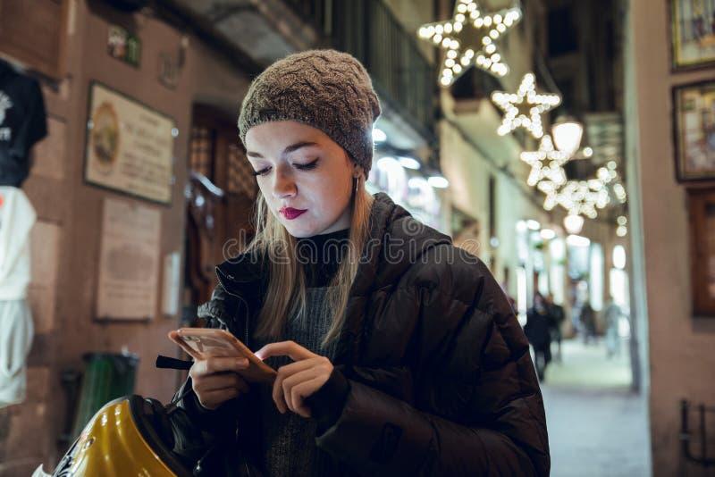 Fille blonde avec le chapeau utilisant le téléphone portable photographie stock
