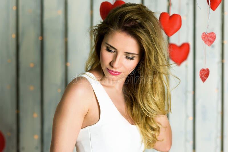 Fille blonde avec le Saint Valentin de portrait d'yeux bleus images stock