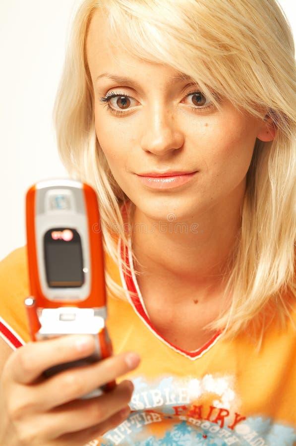 Fille blonde avec le téléphone portable image libre de droits