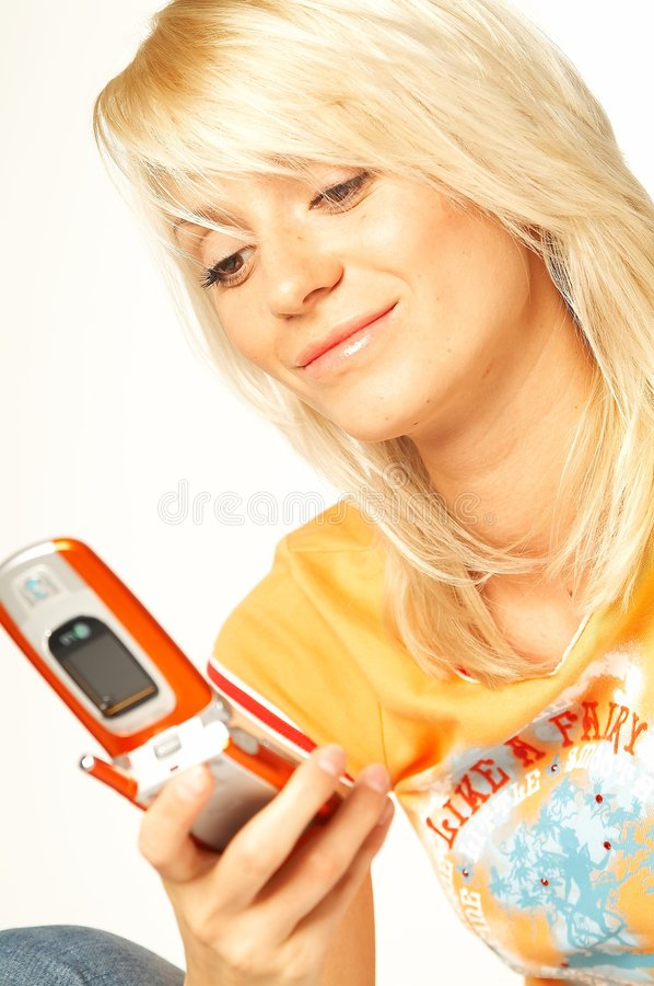 Fille blonde avec le téléphone portable photographie stock libre de droits