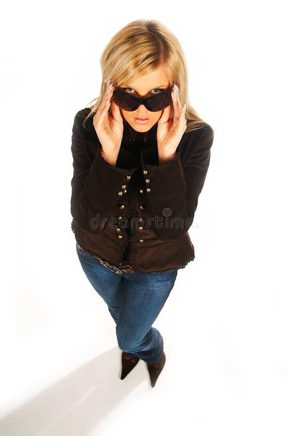 Fille blonde avec les lunettes de soleil noires sur le blanc photos stock