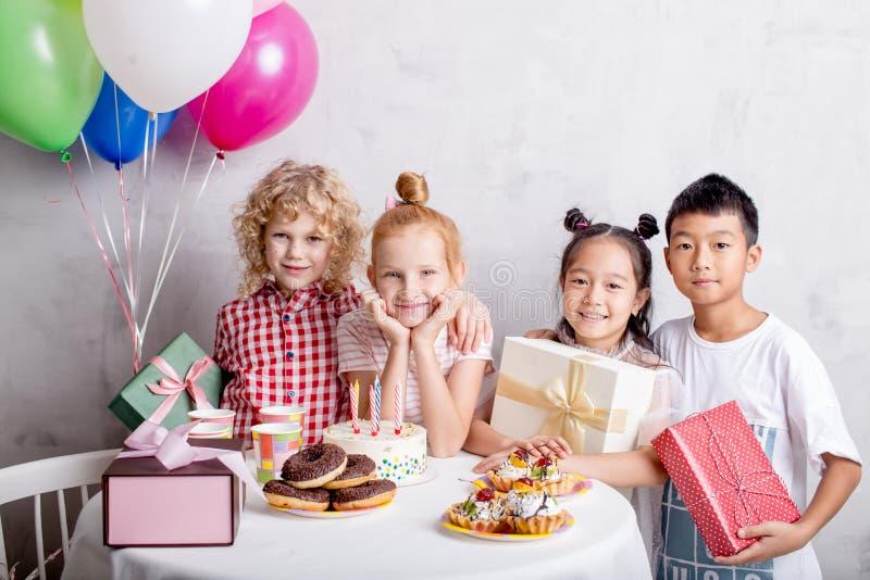 Fille blonde avec ses meilleurs amis se tenant près de la table photos stock