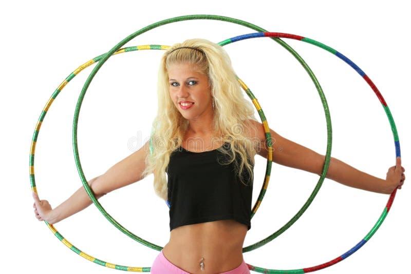 Fille blonde avec trois cercles de danse polynésienne d'isolement sur un fond blanc images libres de droits