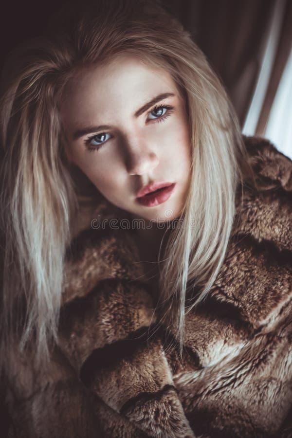 Fille blonde avec un regard fixe froid photographie stock
