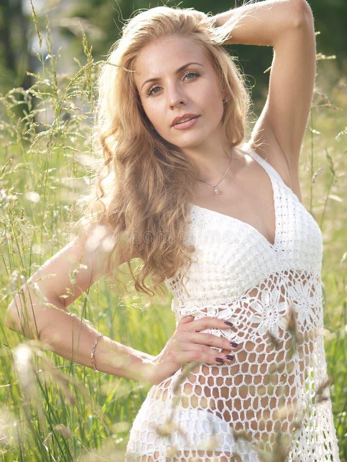 Fille blonde dans l'herbe photos libres de droits