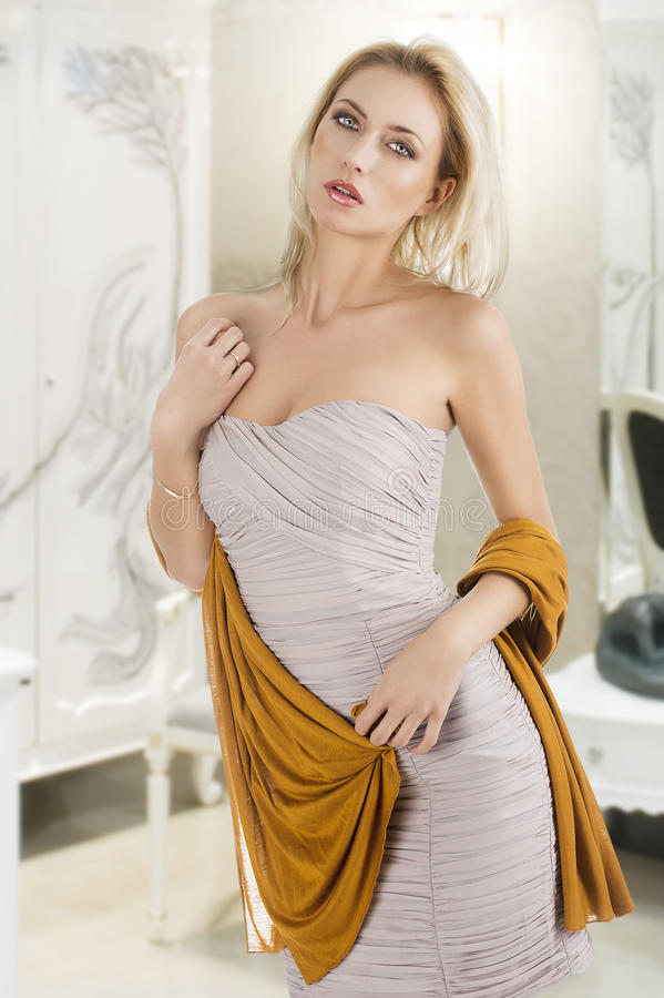 Fille blonde dans la robe élégante, photo stock