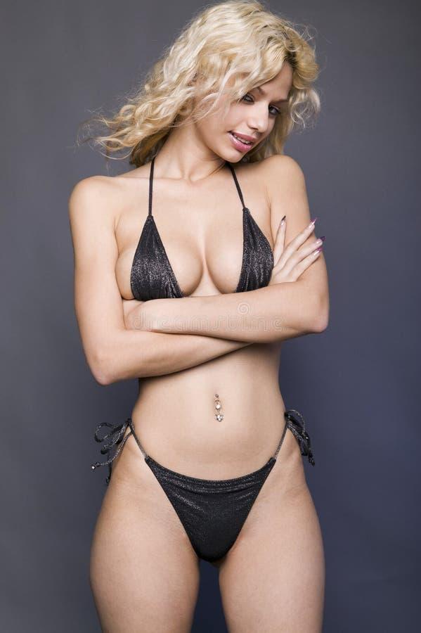 Fille blonde dans le bikini noir photos stock