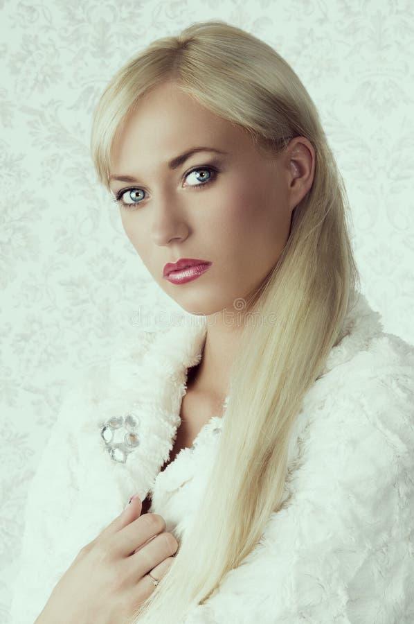Fille blonde dans le manteau de fourrure d'hiver photos libres de droits
