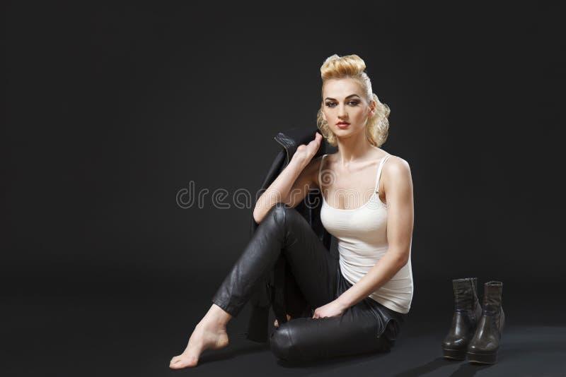 Fille blonde de balancier s'asseyant photos stock
