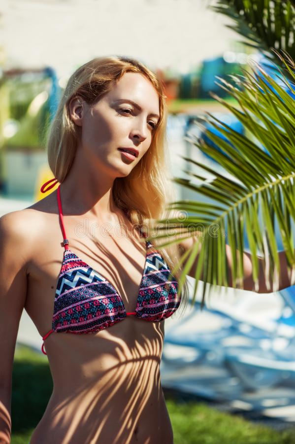 Fille blonde de beau modèle de bikini images stock