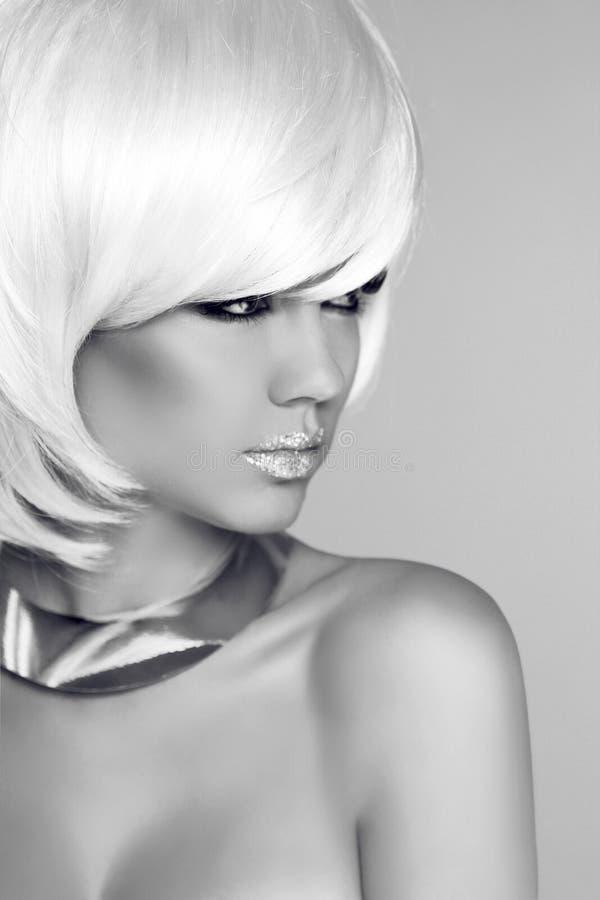 Fille blonde de beauté avec dénommer blanc de cheveux courts Portrai de mode images libres de droits
