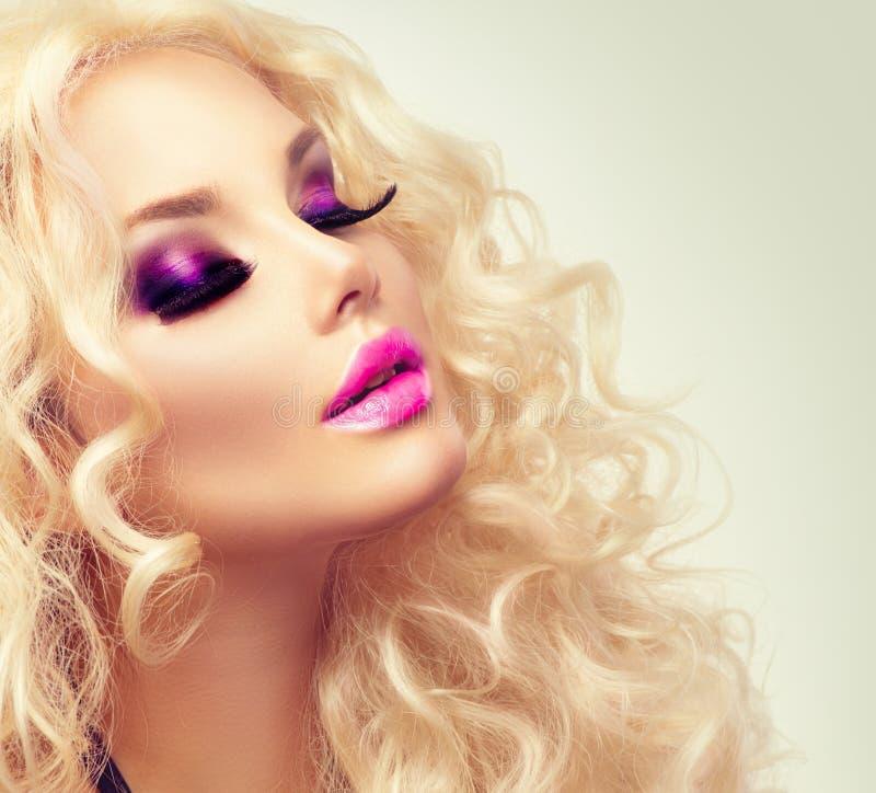 Fille blonde de beauté avec de longs cheveux bouclés images stock