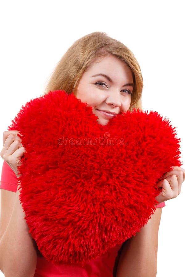 Fille blonde de femme tenant le symbole rouge d'amour de coeur images libres de droits