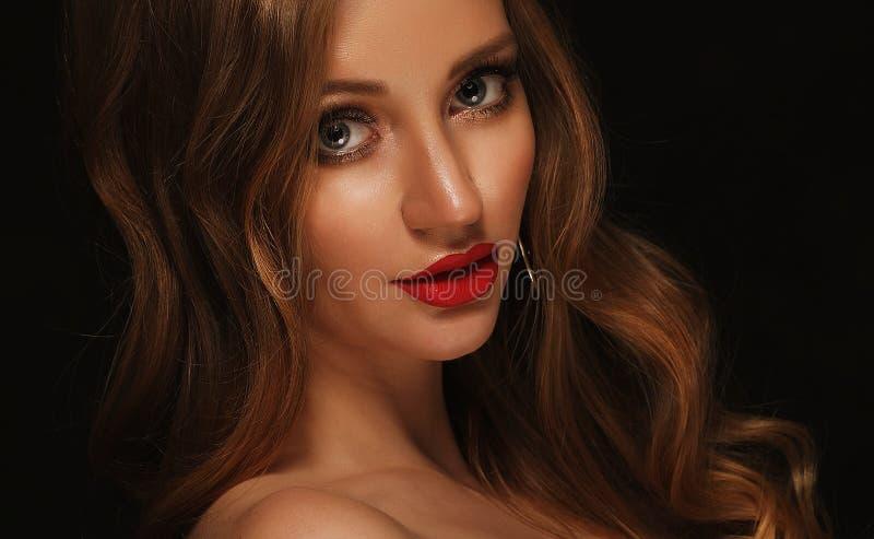Fille blonde de mode avec de longs et brillants cheveux bouclés Lèvres rouges et photo libre de droits