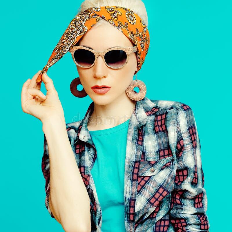 Fille blonde de mode dans des accessoires à la mode de cheveux photos libres de droits