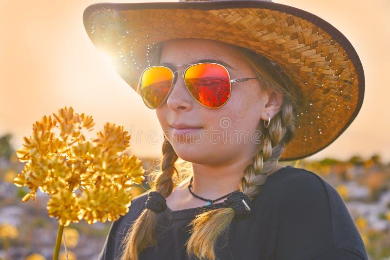 Fille blonde de pays avec des lunettes de soleil image stock