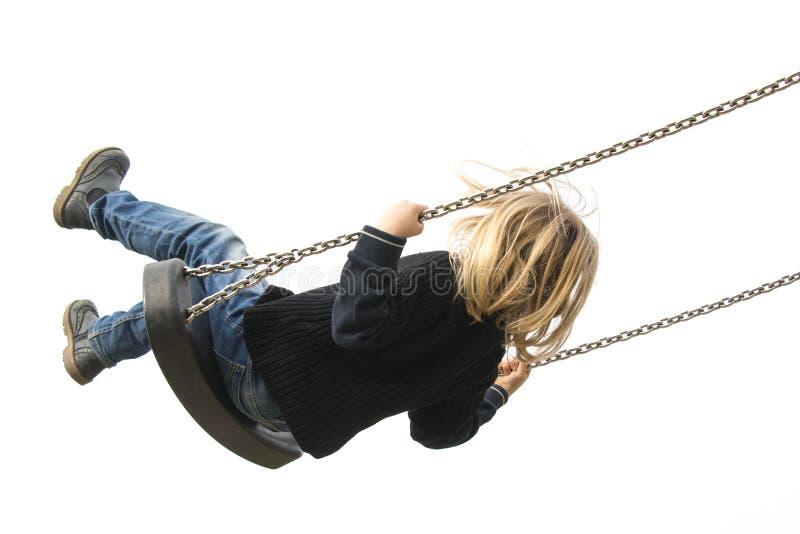 Fille blonde de petit enfant ayant l'amusement sur une oscillation extérieure photographie stock