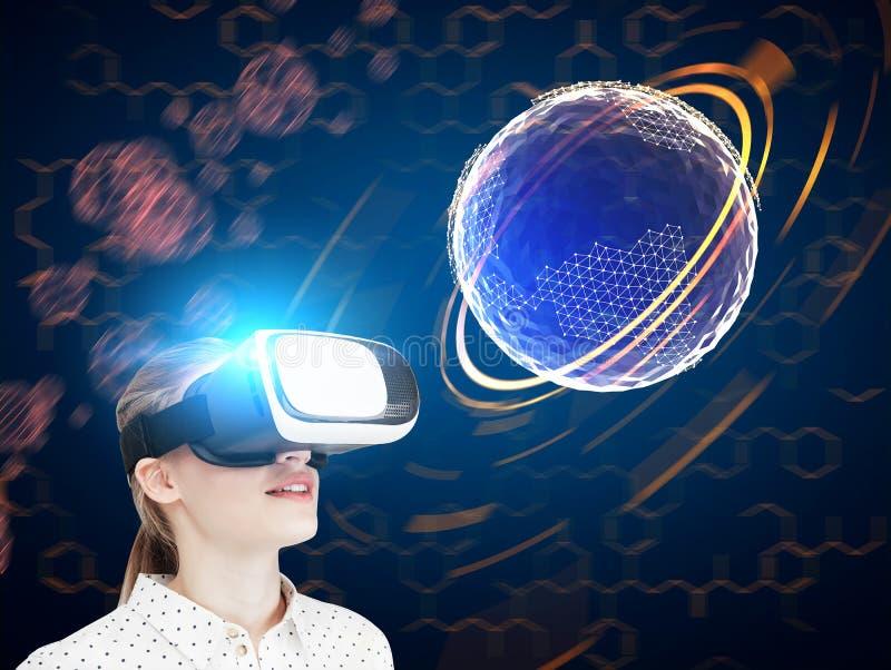 Fille blonde en verres de VR, globe futuristric images stock