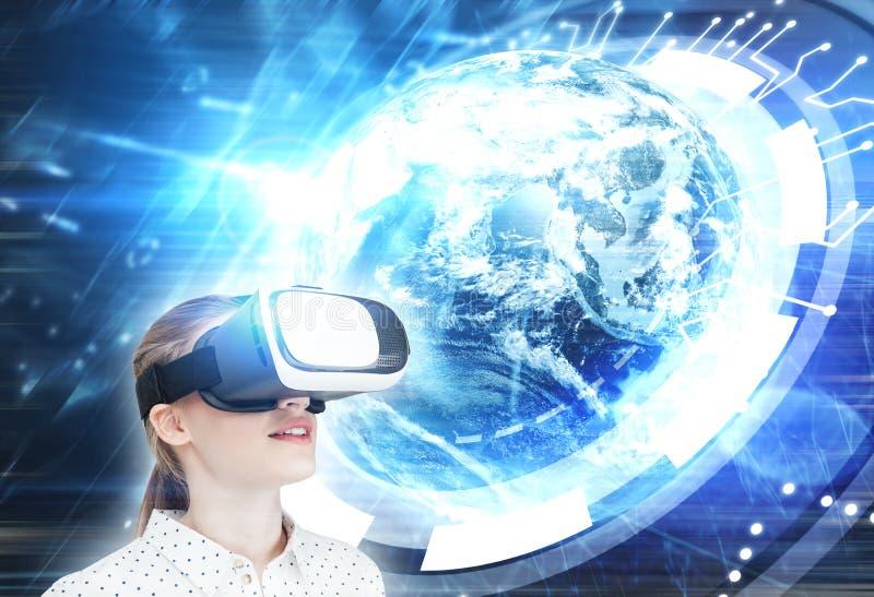 Fille blonde en verres de VR, HUD image libre de droits