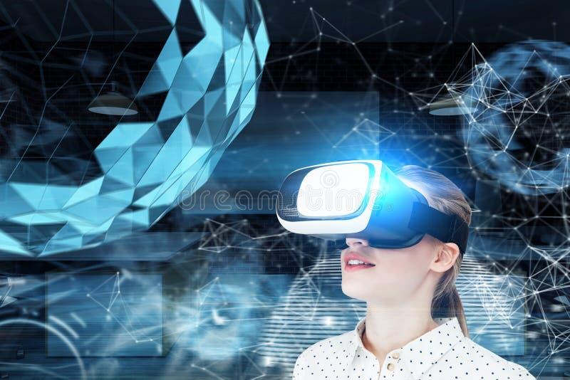 Fille blonde en verres de VR, la terre polygonale photos stock