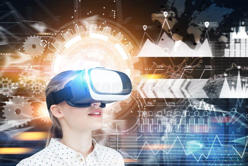 Fille blonde en verres de VR, la terre polygonale, HUD photos stock